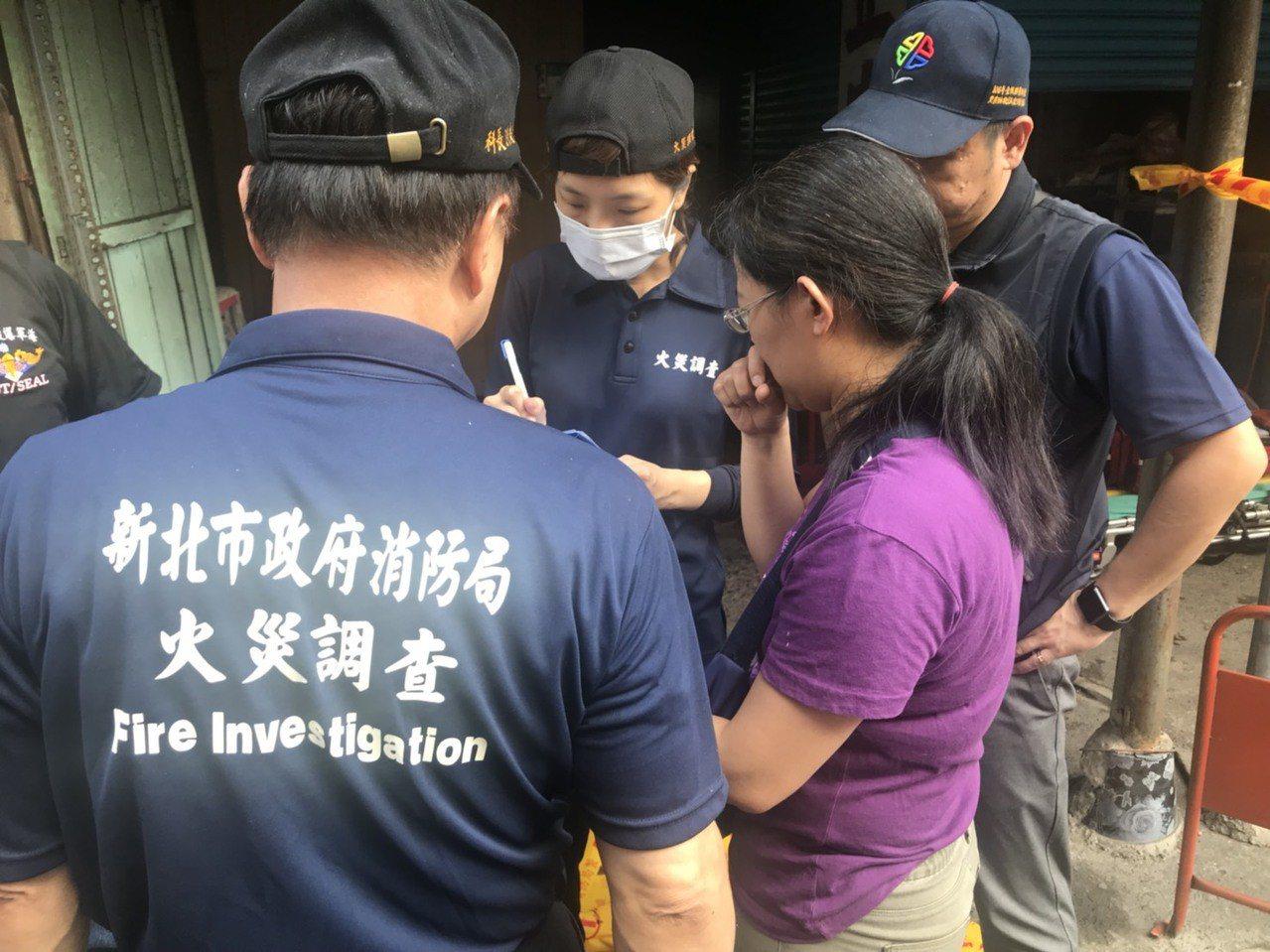 火警造成3死,消防局與死者女兒詢問家庭狀況。記者袁志豪/攝影