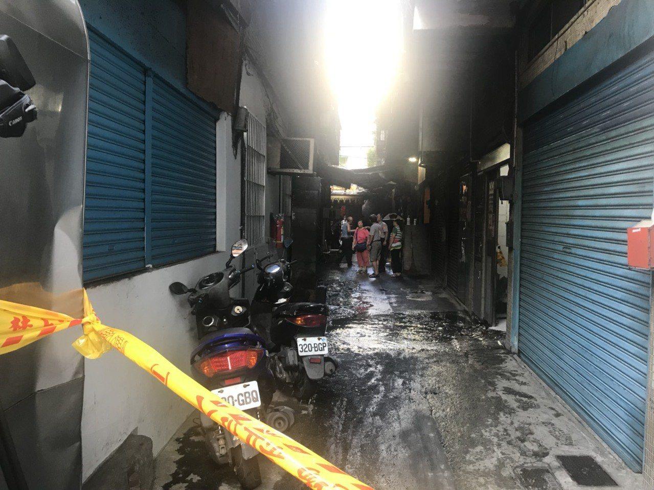 新北市消防局今天清晨3時許接獲報案,淡水區中山路72巷內有5層樓建築物3樓冒出火...