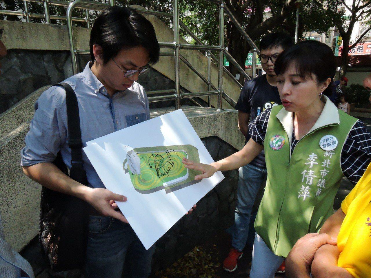 蘆洲永康公園因將增建地下停車場,遊戲區也將一併改建,市議員李倩萍 (右)接獲居民...