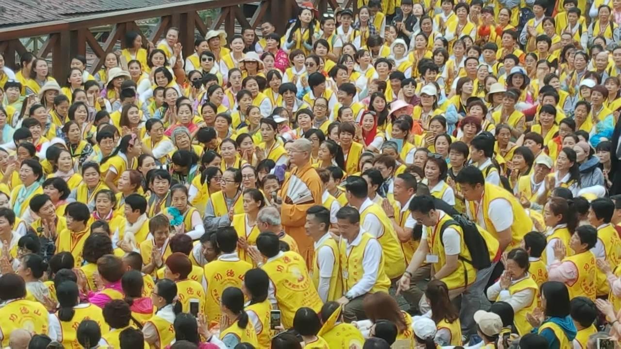 中國大陸約1450人宗教旅遊團,昨天上午進入阿里山遊樂區,體驗森林鐵路小火車,回...