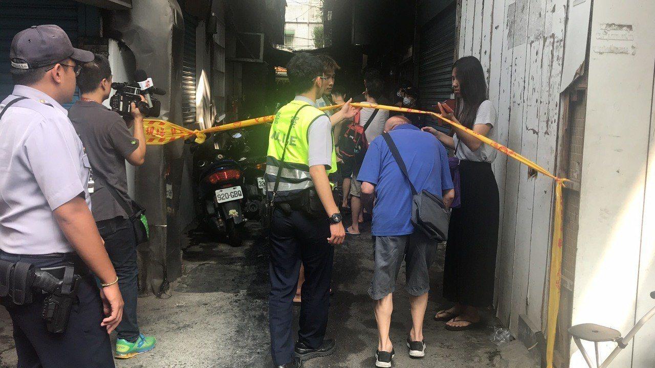 警消讓其他住戶上樓整理房子。記者袁志豪/攝影