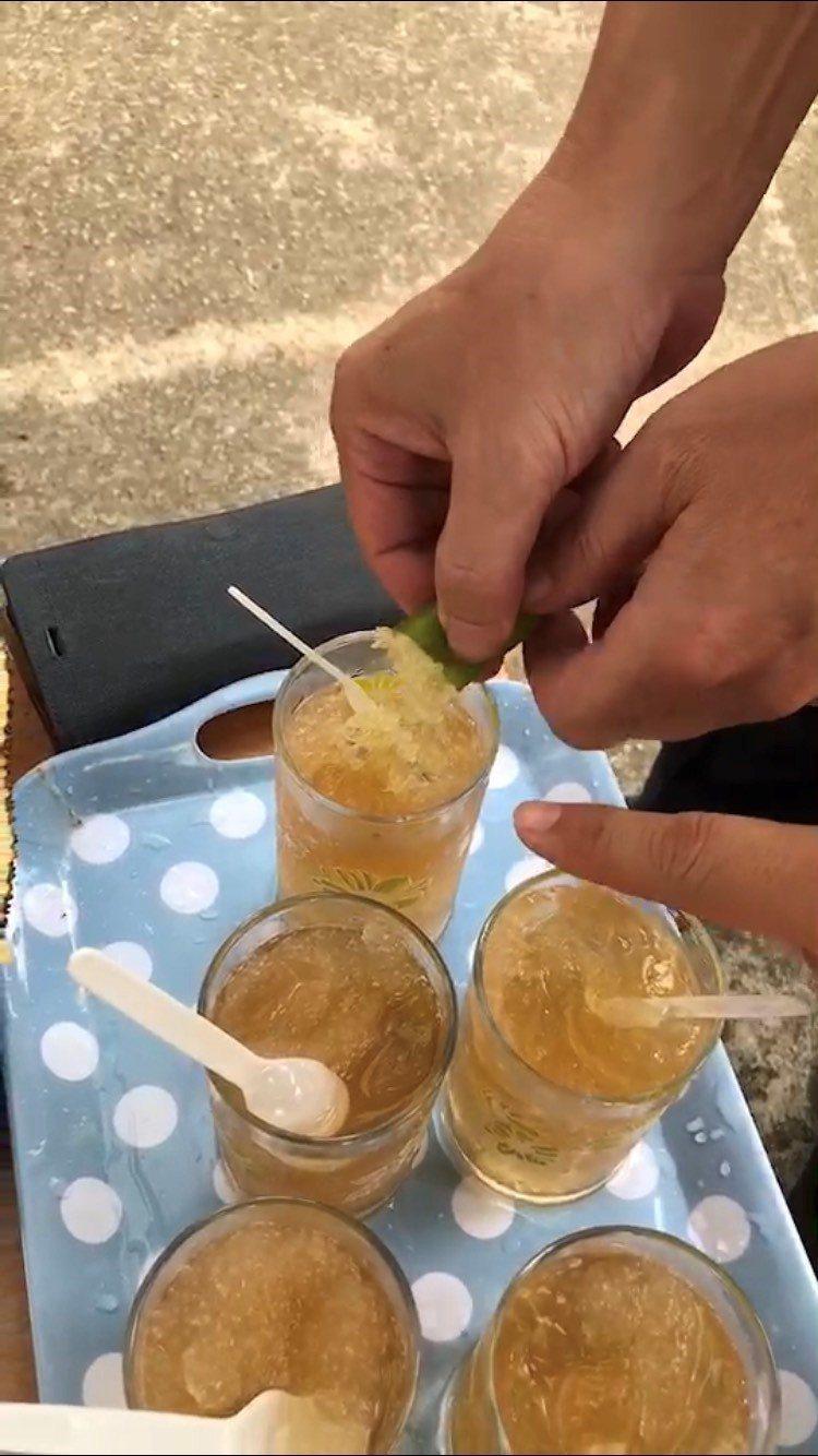 夏天到了,可擠手指檸檬果肉加入愛玉冰,清涼消暑。記者吳淑玲/攝影