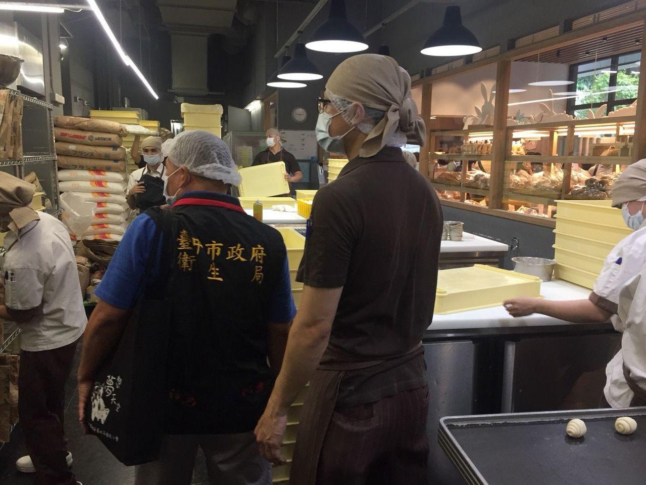 台中市食安處接獲吳寶春麥方店有蒼蠅,派員到場稽查。圖/台中市食安處提供