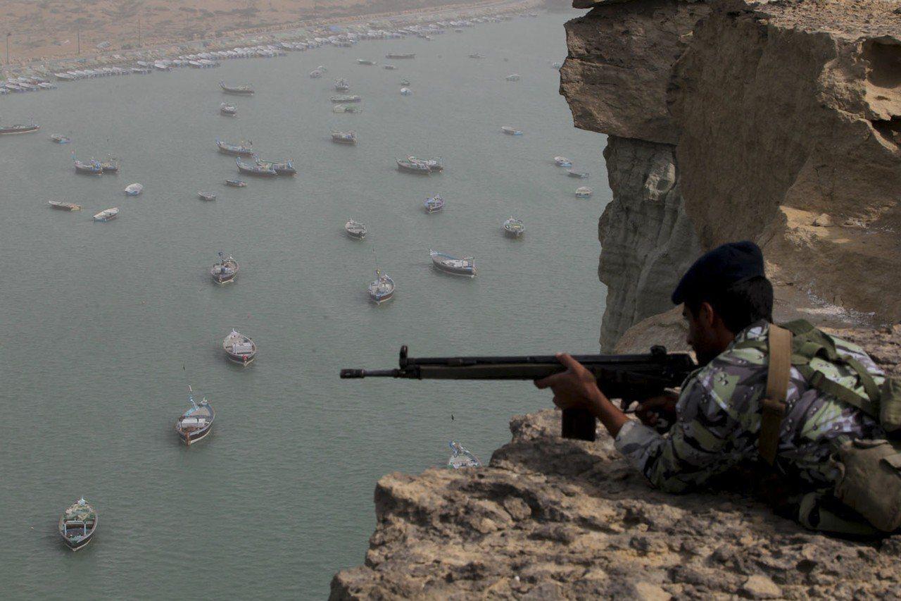 伊朗可藉部署海軍艦艇或放置水雷,封鎖荷莫茲海峽。圖為2011年伊朗演習期間部署在...