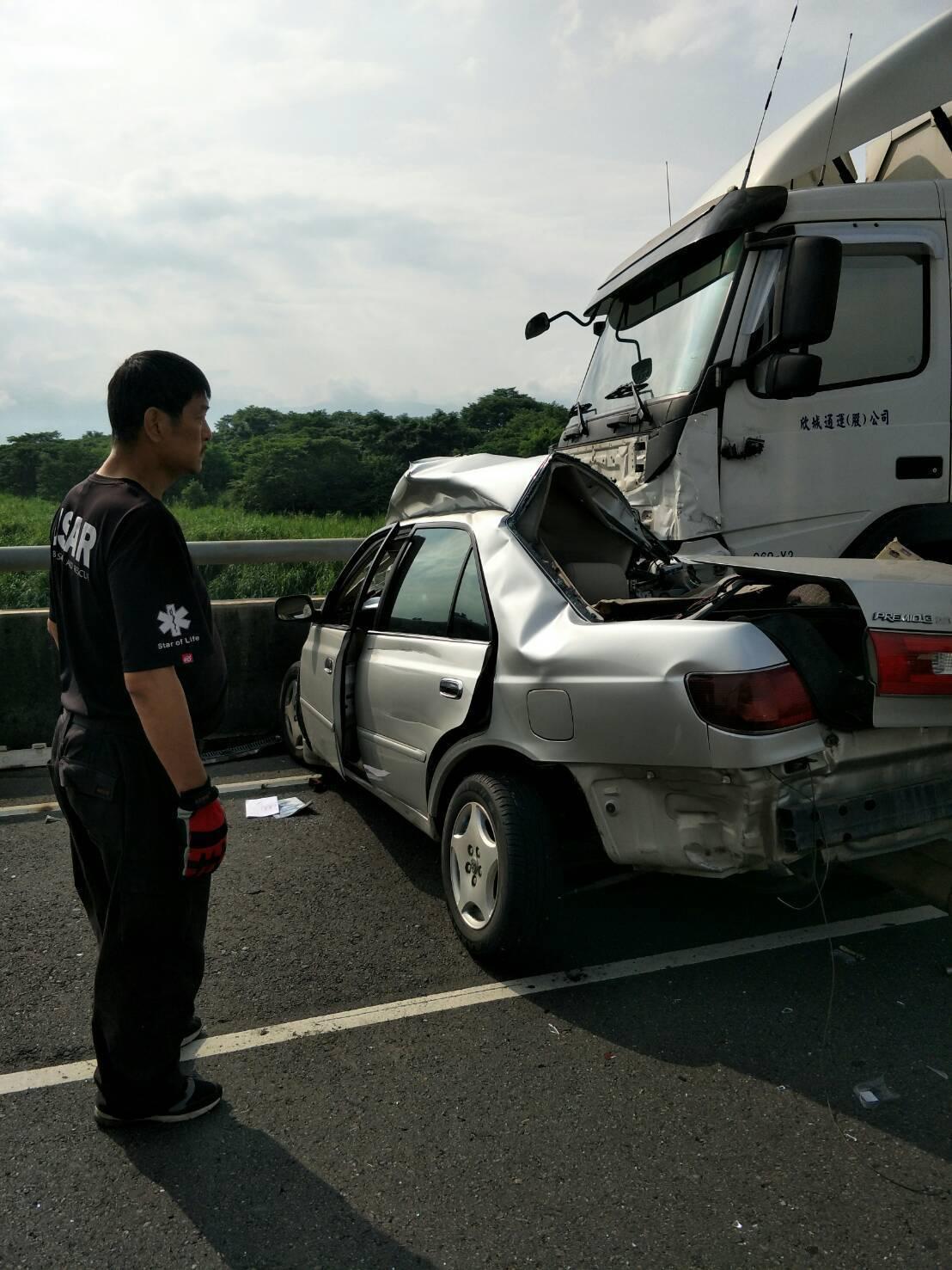 自小客車疑衝到永欽二號橋對向車道, 與大型曳引貨車相撞。 圖片/讀者提供