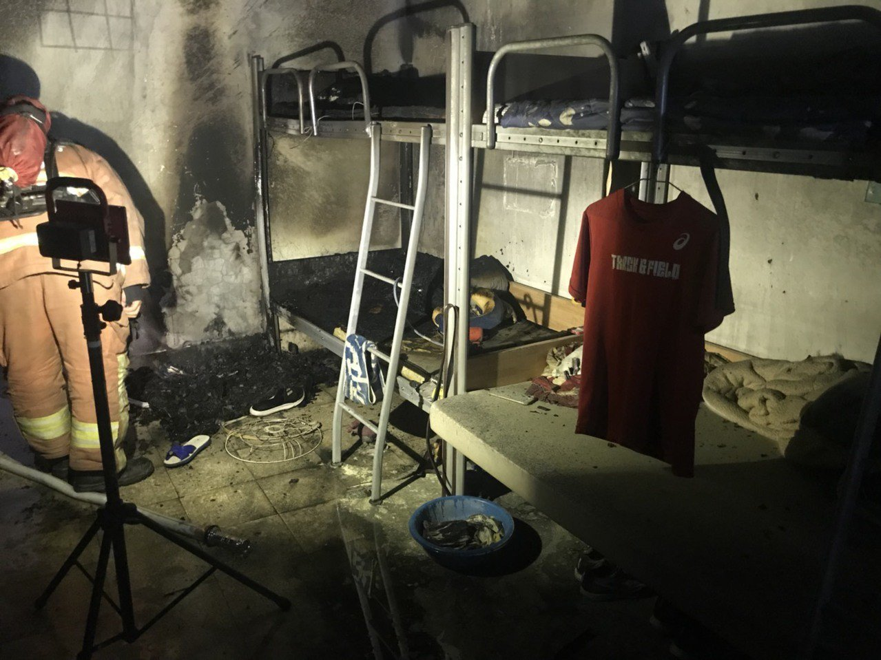 新北市板橋區漢生東路上的板橋第一體育館今天上午8時許發生火警。記者袁志豪/翻攝
