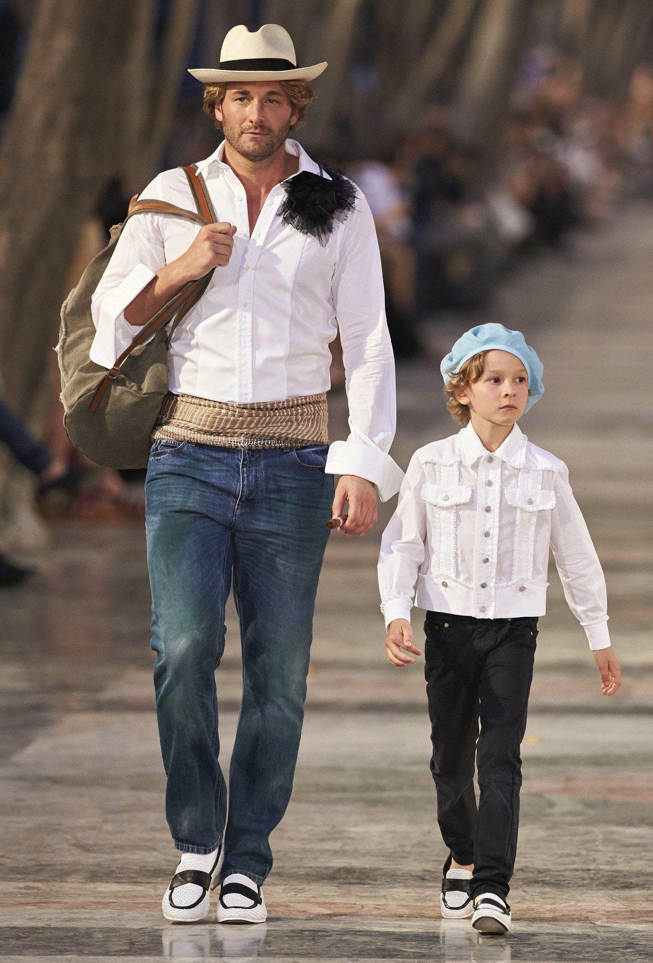男模布拉德柯羅尼格與兒子哈德森柯羅尼格為香奈兒走秀。圖/香奈兒提供