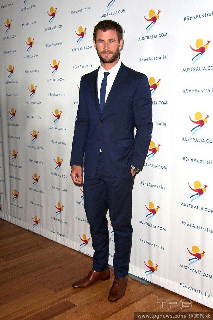 克里斯漢斯沃很常穿藍色、灰色系的西裝,比起黑色系的正式感,更活潑有型。圖/達志影...