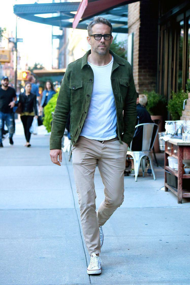 簡約的麂皮夾克配白T恤也是萊恩雷諾斯很喜歡的裝扮。圖/摘自Pinterest