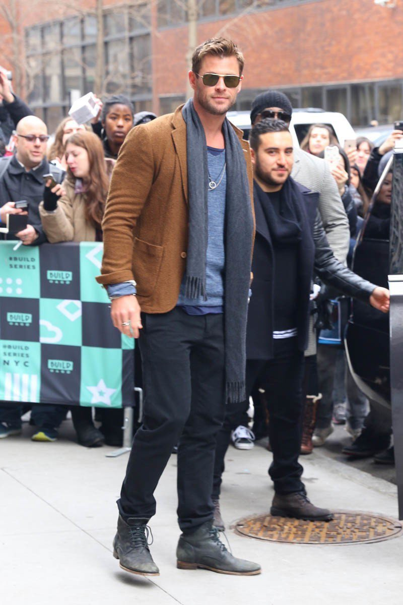 克里斯漢斯沃穿搭風格其實和布萊德彼特滿像的,喜歡穿麂皮材質的鞋款,套上夾克配墨鏡...