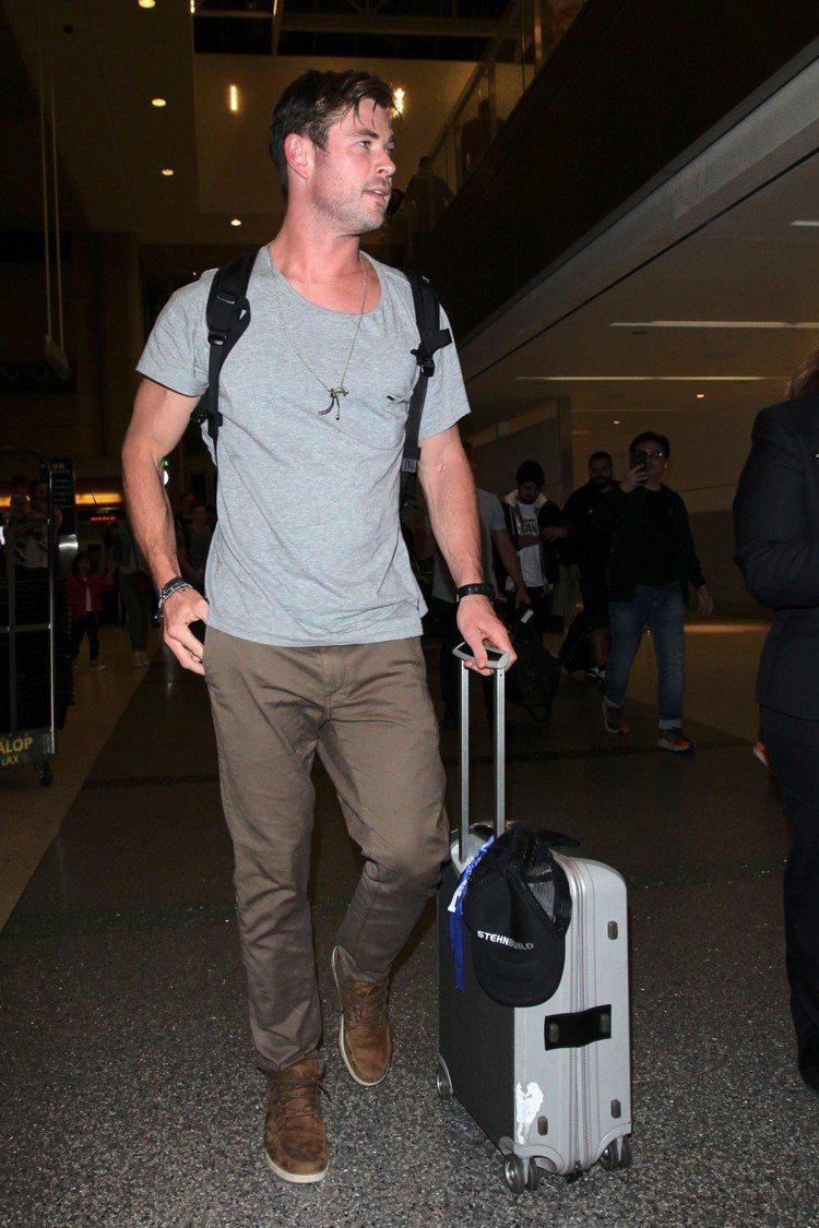 克里斯漢斯沃喜歡穿麂皮材質的鞋款。圖/摘自bloglovin.com