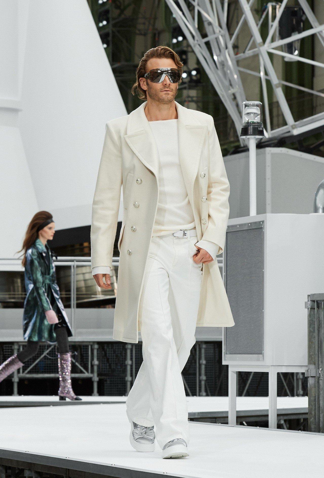男模布拉德柯羅尼格為香奈兒走秀。圖/香奈兒提供