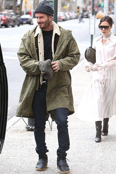 貝克漢以軍綠防風外套配短靴。圖/摘自spott.tv