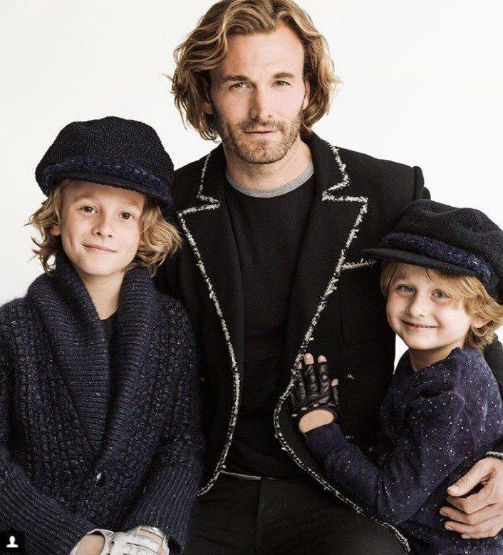 布拉德柯羅尼格和貝克漢有一點明星臉,圖為他與兩個兒子。圖/摘自IG