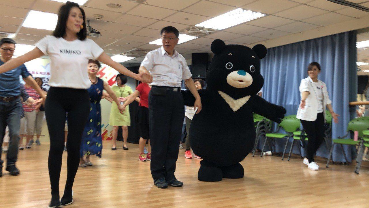 台北市長柯文哲今到西湖老人日照中心與長者跳舞。記者陳靖宜/攝影