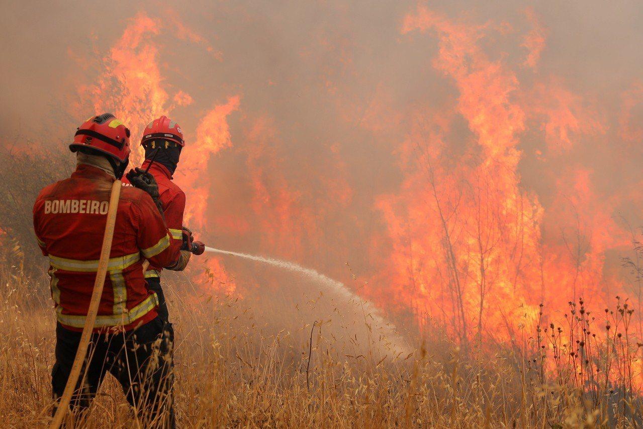 加州目前仍有18處野火蔓延,當局雖動用萬名消防員但成效有限,預計最快要到9月初才...
