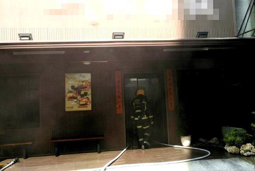 高雄市政府附近的1家餐廳今天上午發生火警,消防隊員搶進餐廳滅火。記者林保光/翻攝