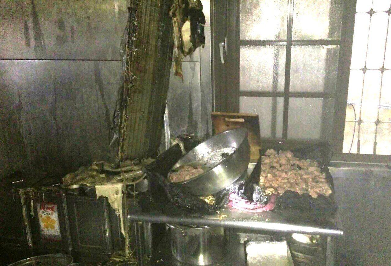 高雄市政府附近的1家餐廳今天員工準備食材時油鍋不慎起火。記者林保光/翻攝