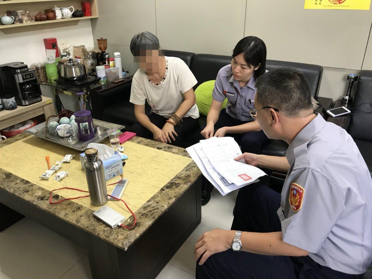 警方勸阻陳姓婦人,是遇上詐騙集團,不用匯款也不會被收押。記者袁志豪/翻攝