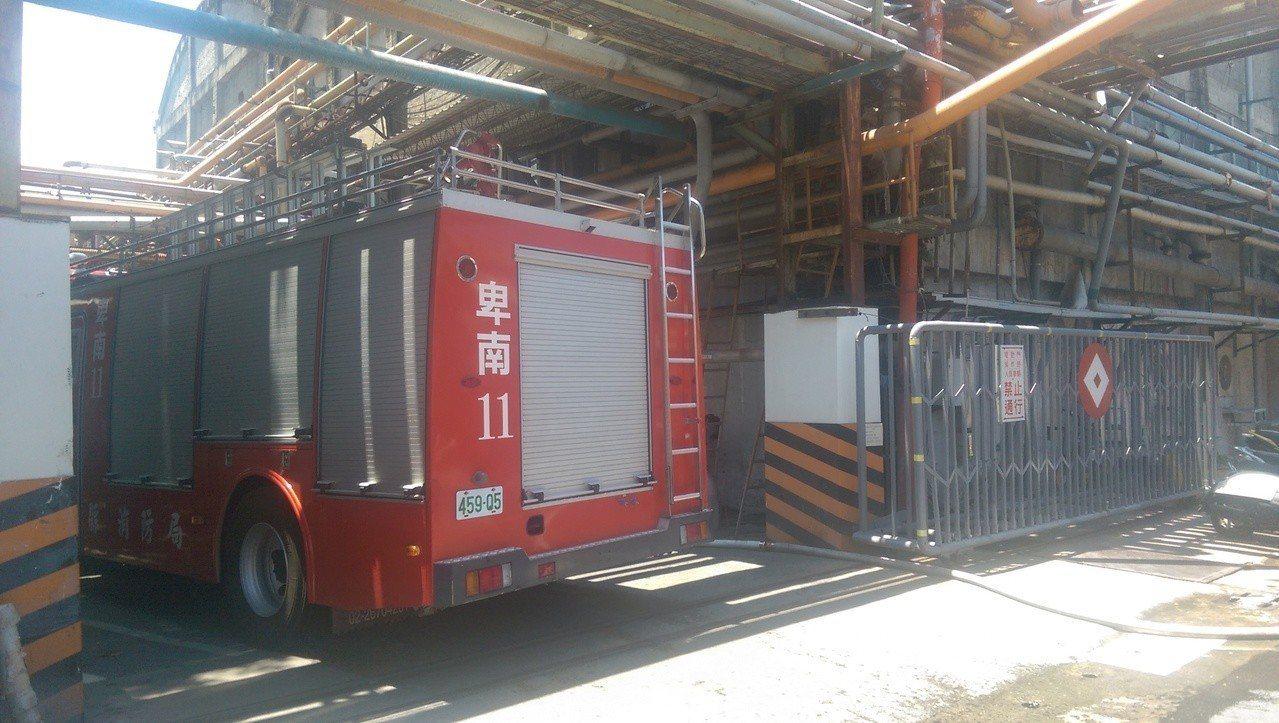 消防車輛進入廠區進行滅火任務。記者尤聰光/攝影