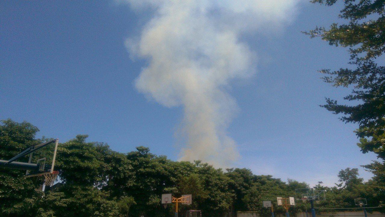 從遠處就能看到燃燒煙霧直天際。記者尤聰光/攝影