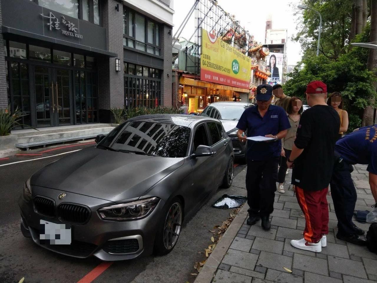 玖壹壹團員洋蔥的BMW轎車5日下午停放在台中市西屯區路旁,被歹徒持石頭破壞車窗後...