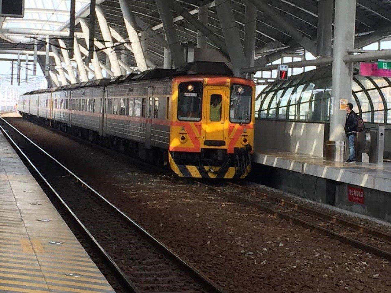 台鐵屏東站的旅客數穩定成長,但潮州以南目前還沒有鐵路電氣化,平均一小時只有一班火...