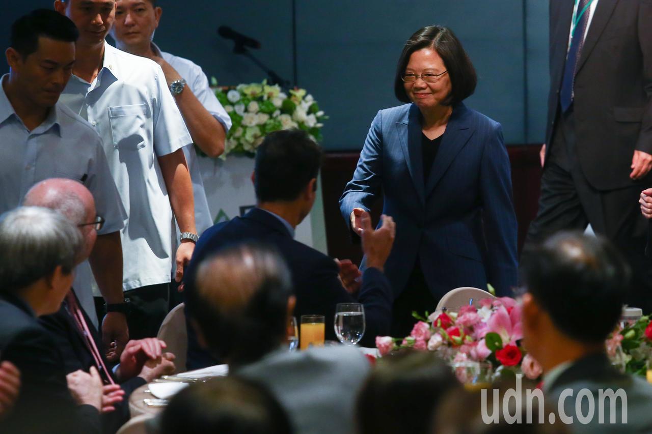 臺灣亞洲交流基金會今揭牌,蔡英文總統(右)出席向各國外賓致意。記者王騰毅/攝影
