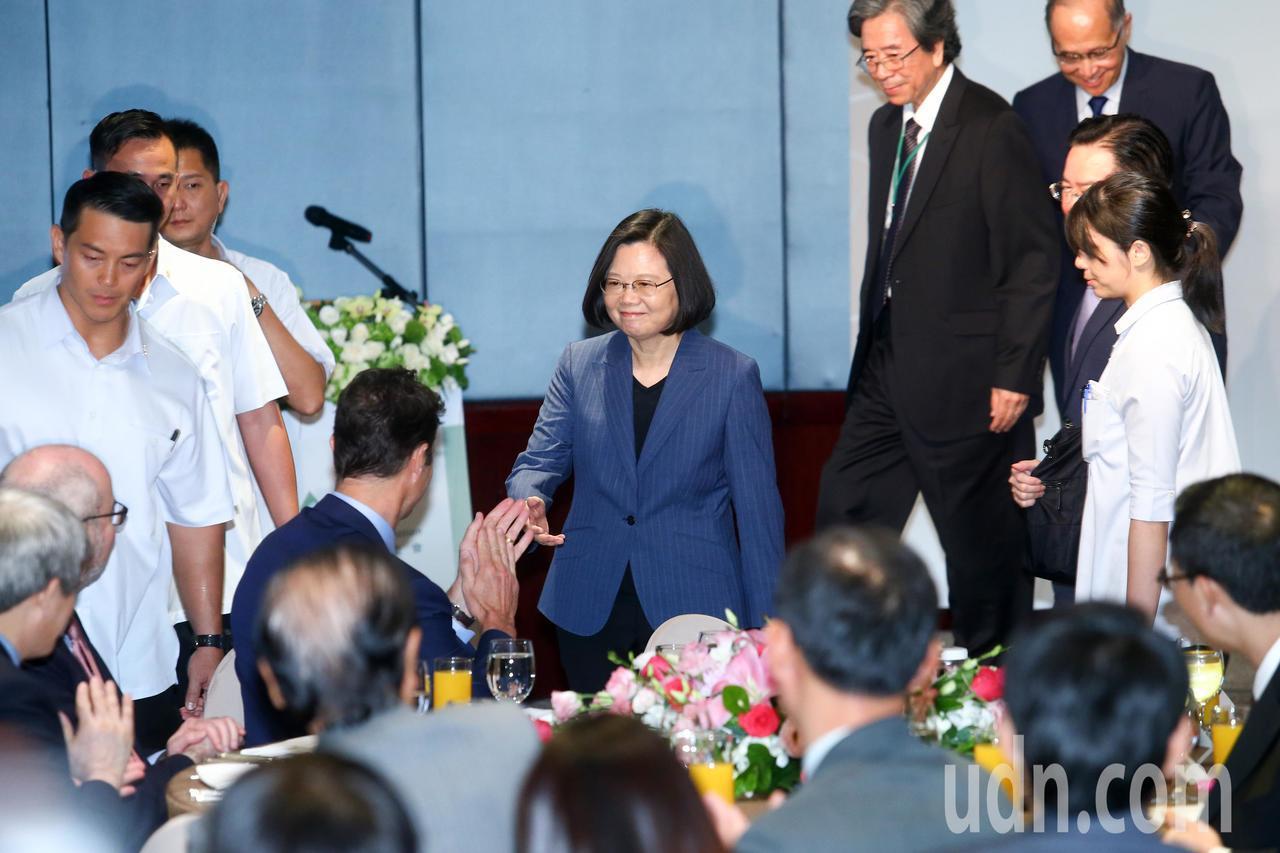 臺灣亞洲交流基金會今揭牌,蔡英文總統(中)出席向各國外賓致意。記者王騰毅/攝影