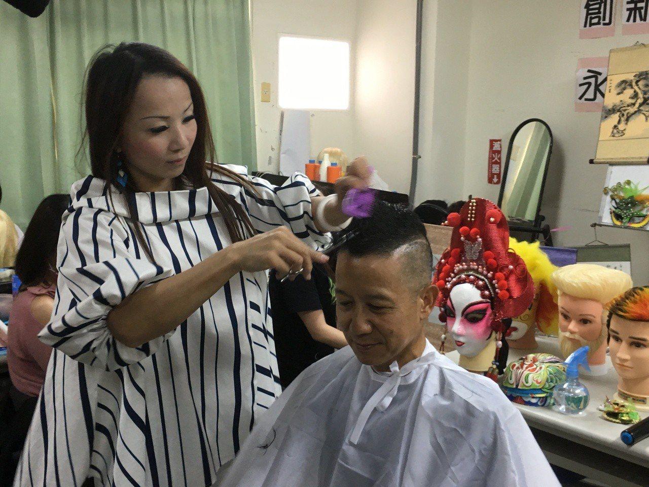 雲林縣美髮師吳淑苓(左)不捨顧客頭髮剪掉只能丟棄,不僅發揮創意,將落髮作成芭比娃...