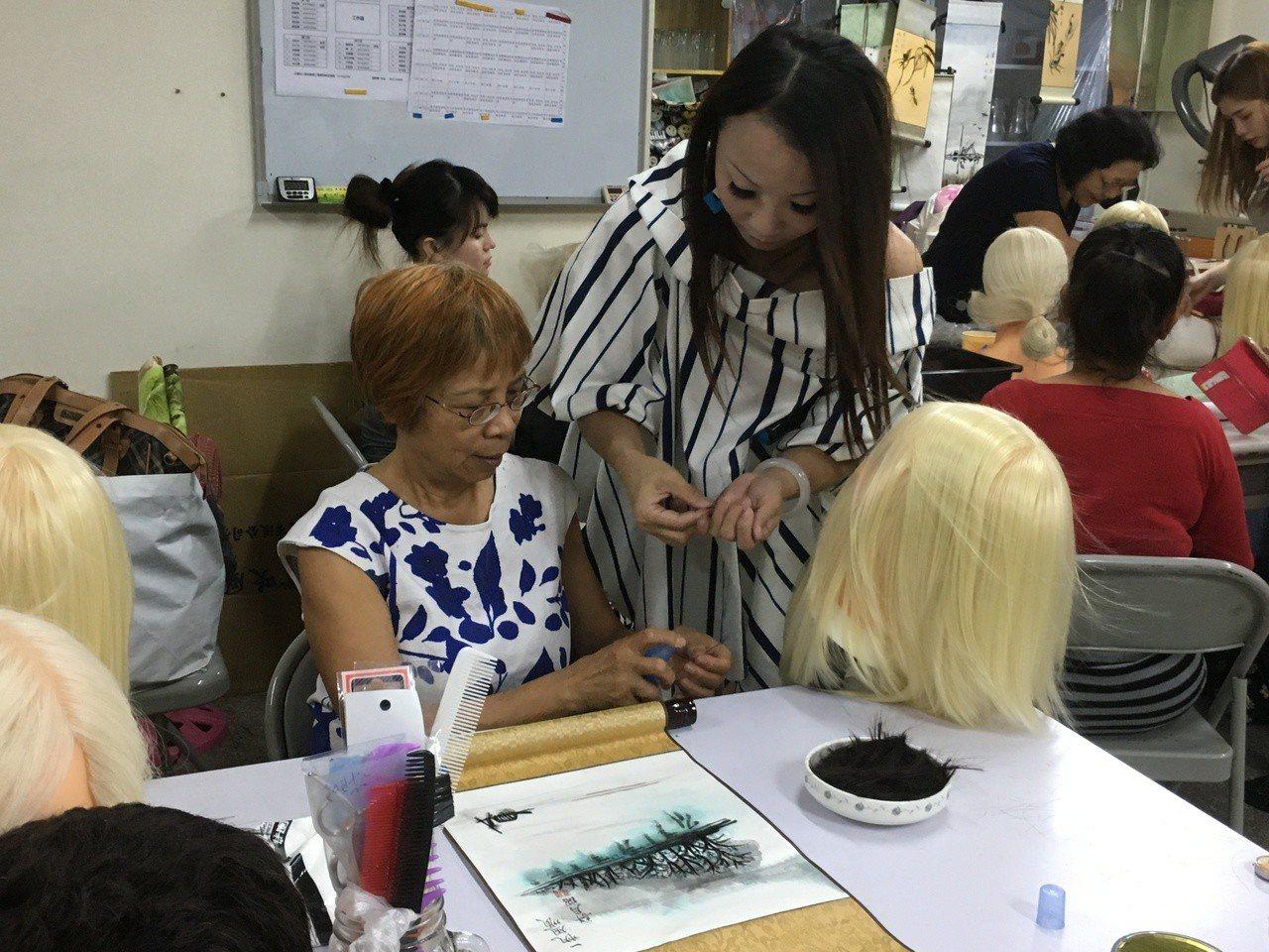 雲林縣美髮師吳淑苓(右)不捨顧客頭髮剪掉只能丟棄,不僅發揮創意,將落髮作成芭比娃...