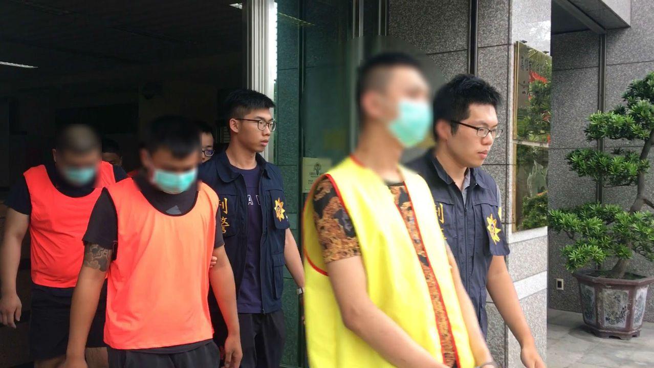 警方拘提包含何(黃衣男子)在內的14名犯嫌到案。記者張媛榆/翻攝