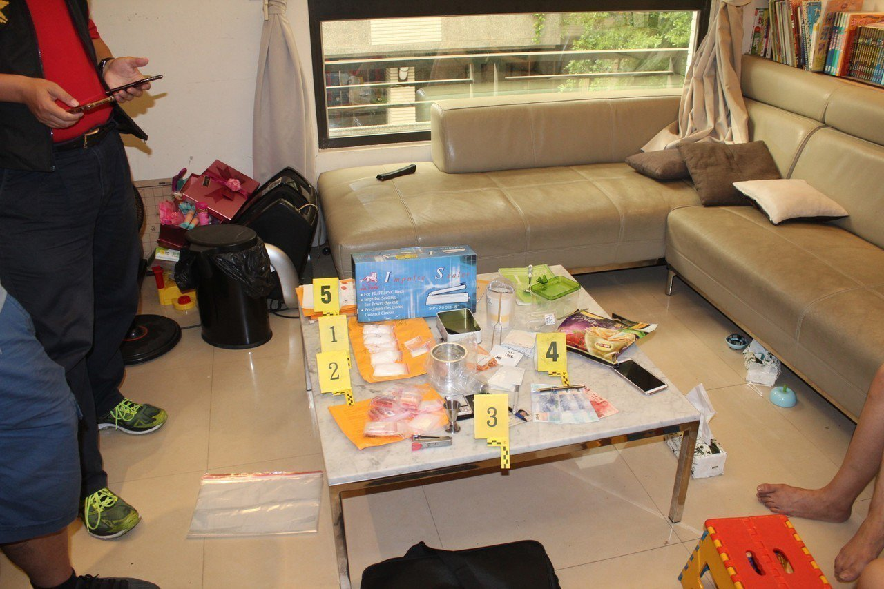 警方在何租屋處搜扣新興毒品咖啡包、三級毒品K他命、封口機等物。記者張媛榆/翻攝