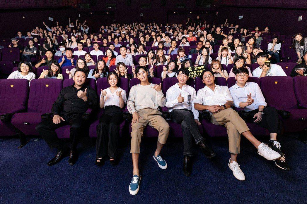 「與神同行:最終審判」眾星和全場觀眾合照。圖/采昌提供
