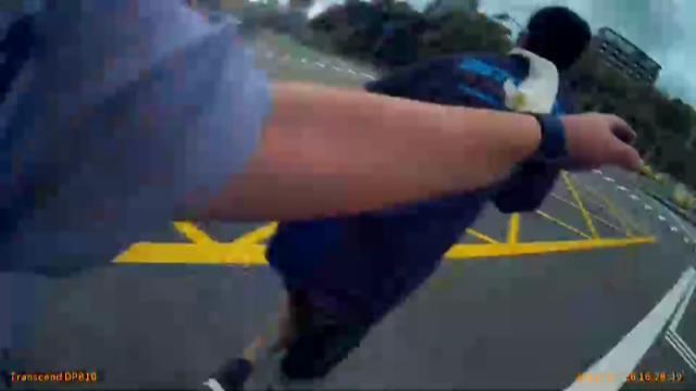 宜蘭縣警察局礁溪派出所警員吳文瑜、實習生吳晉佑,日前在礁溪街頭攔查可疑車輛時,手...