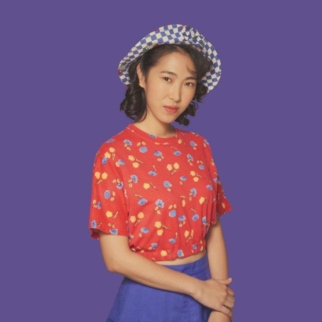 王若琳的復古造型酷似逝世的「帽子歌后」鳳飛飛。圖/索尼音樂提供