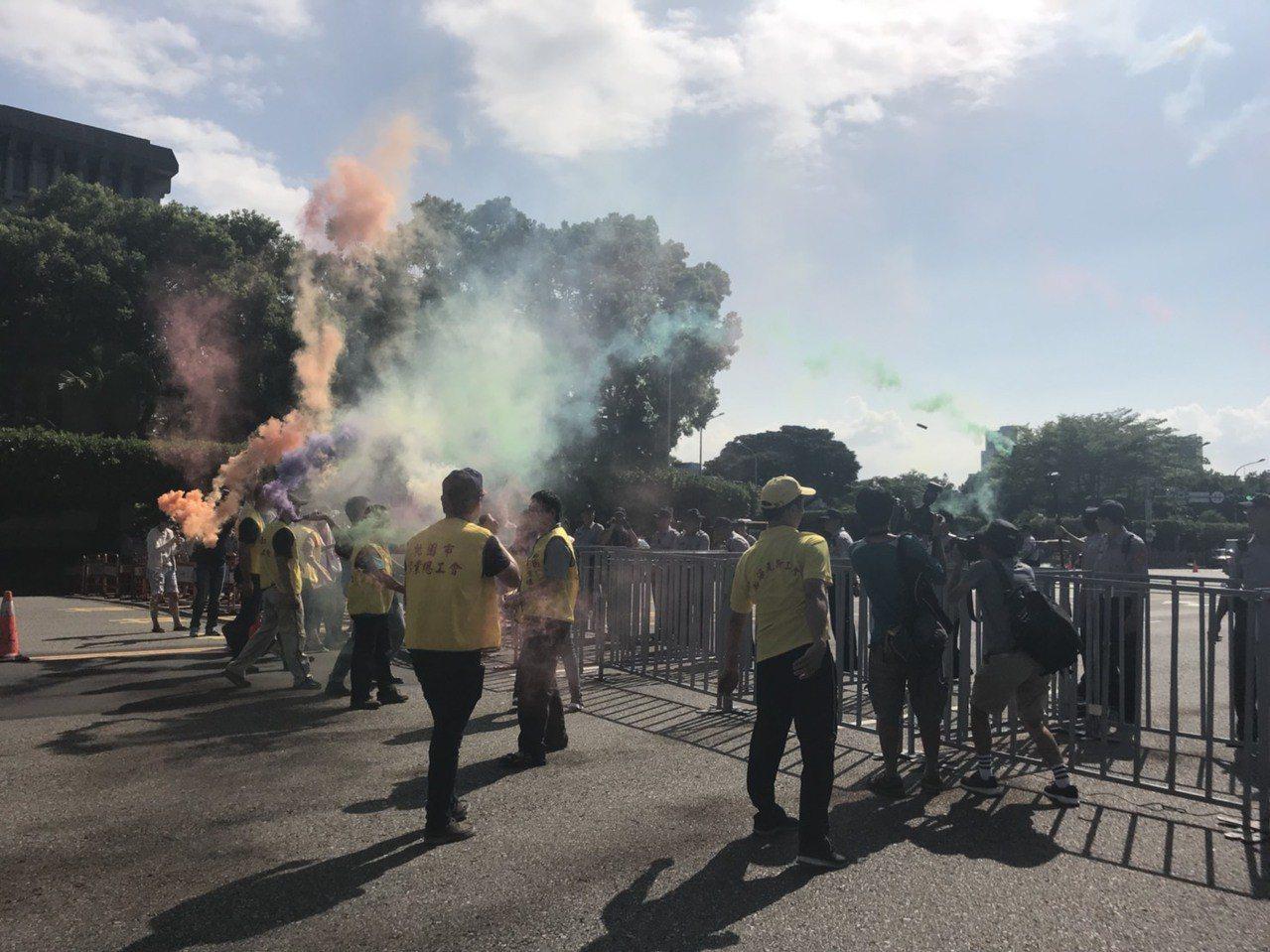 陳抗人士朝總統府丟煙霧罐。記者蕭雅娟/攝影