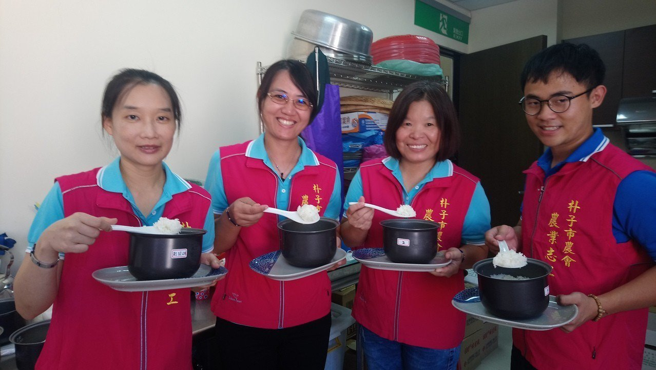 朴子農會志工們,依照標準炊煮白米飯。 記者卜敏正/攝影