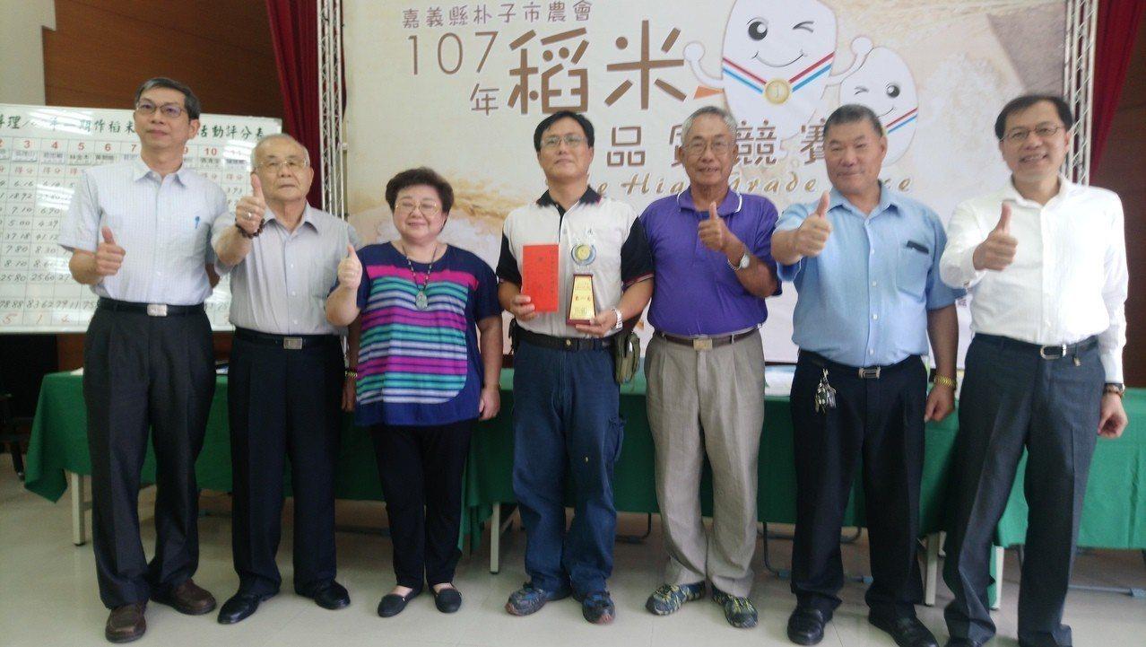 朴子市農會總幹事黃純真(左三起)稱讚莊忠穎一家人種出冠軍好米。記者卜敏正/攝影