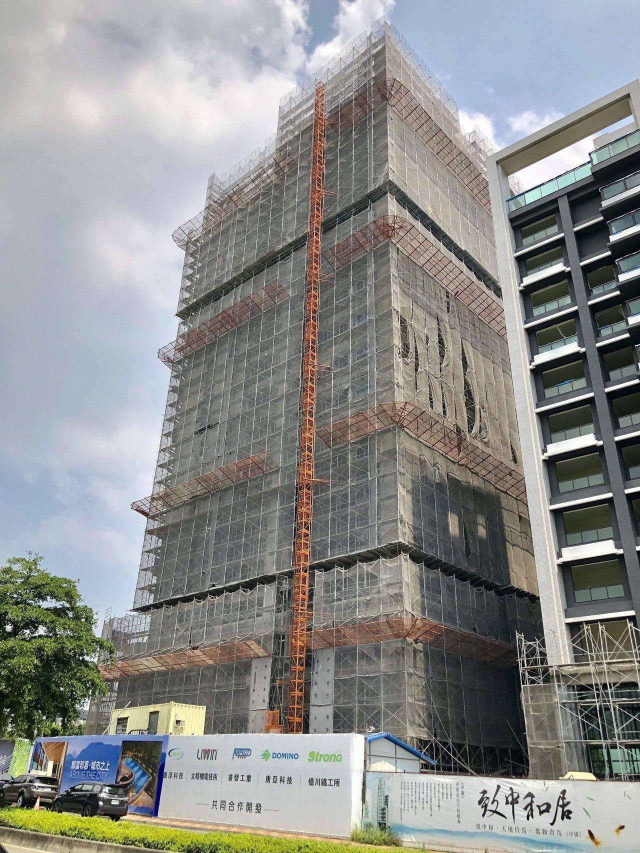 標榜中部第一個由產業園區五家廠商共同合建的「聯富和慕」員工合宜住宅案,今日舉行上...