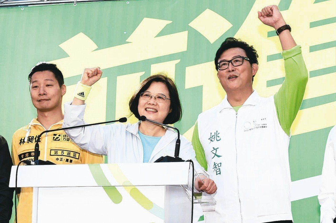 民進黨台北市長參選人姚文智(右)。圖/聯合報系資料照