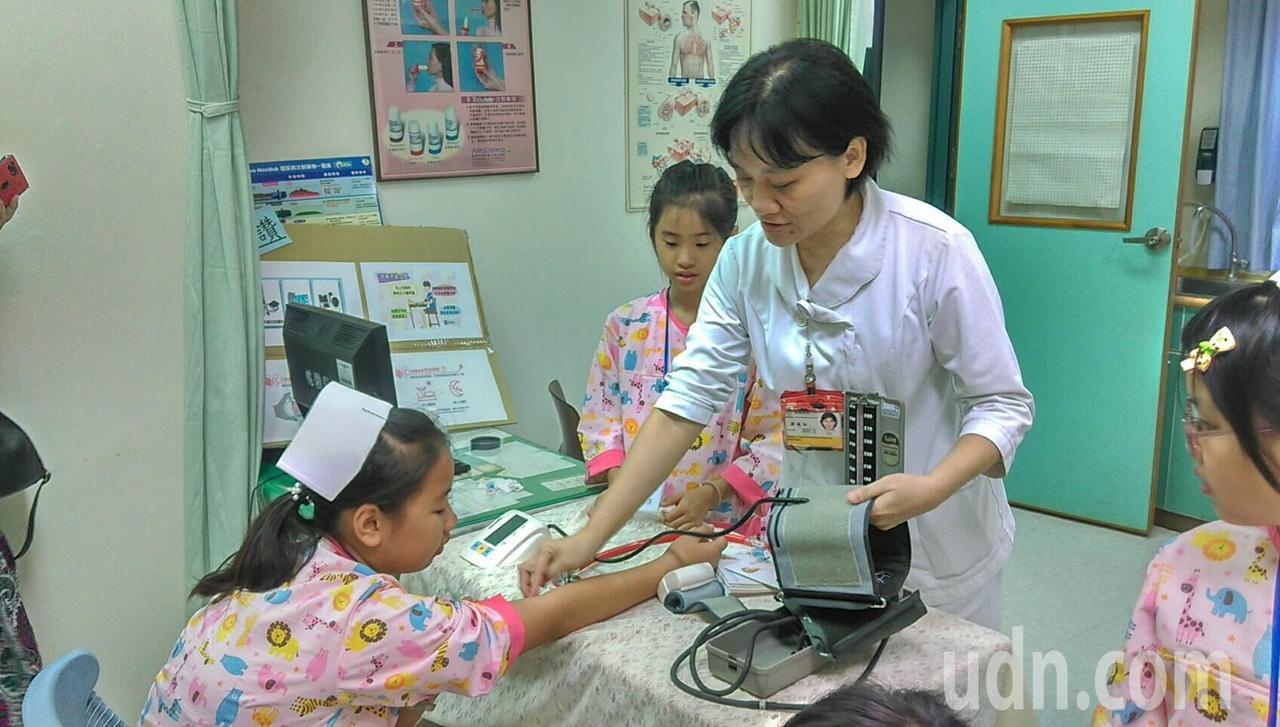 衛生福利部桃園醫院新屋分院安排「南丁格爾體驗營」,邀請孩童體驗一日護理師,還特地...