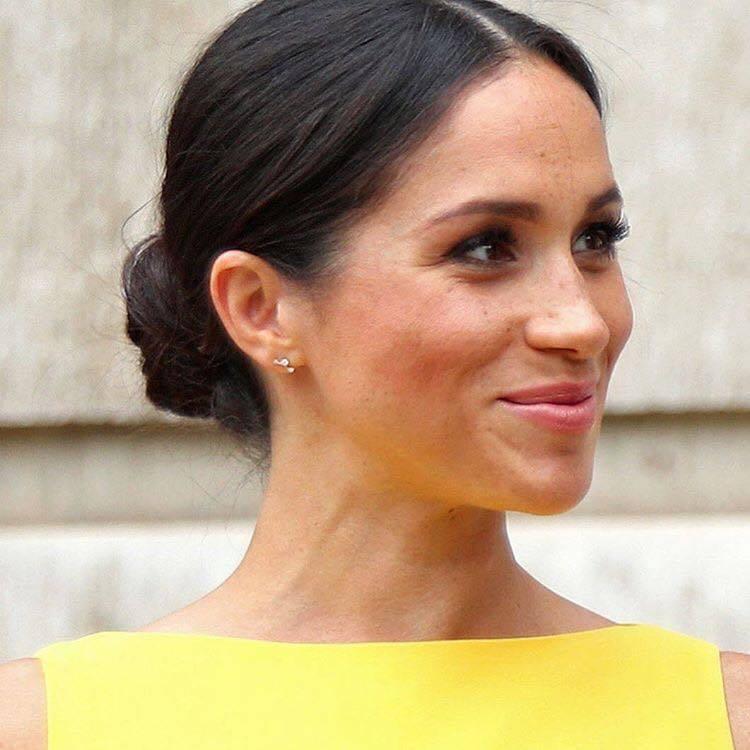 梅根以最愛的輕珠寶搭配鮮黃色削肩洋裝,帶起黃色炫風。圖/取自IG @adinar...
