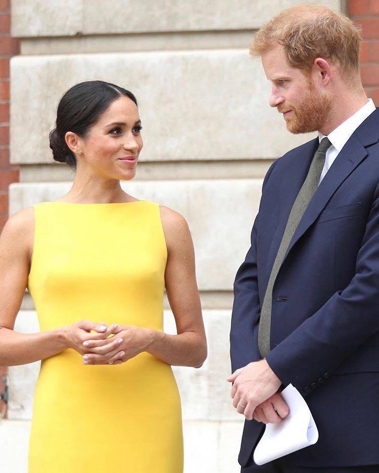 梅根所穿著的Brandon Maxwell黃色洋裝立刻賣到斷貨。圖/取自IG @...
