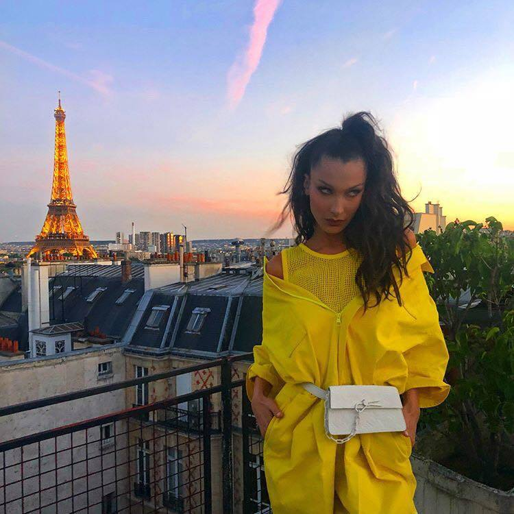 辣模貝拉哈蒂德穿鮮黃色褲裝出席Dior男裝秀。圖/取自IG @bellahadi...