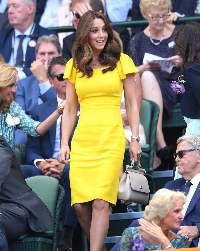 凱特王妃以Dolce & Gabbana的鮮黃洋裝搭配Asprey耳環和鍊墜,以...
