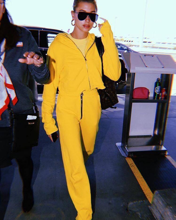 小賈斯汀的辣模未婚妻海莉也以潮牌Cotton Citizen的鮮黃褲裝亮相。圖/...