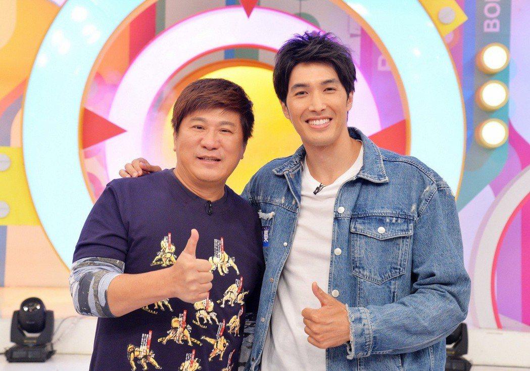 錦榮(右)上衛視「歡樂智多星」。圖/衛視中文台提供