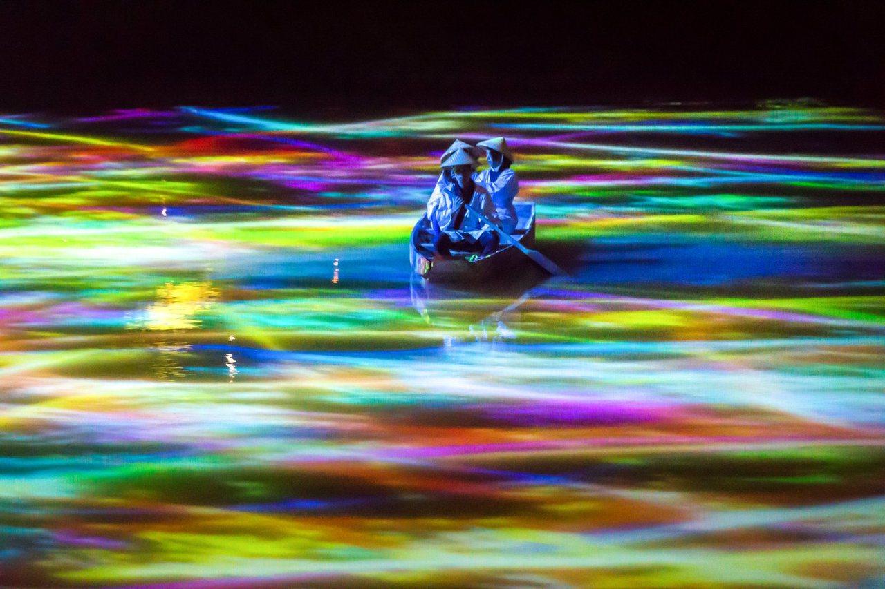 漁人划槳前行,如同飄浮在雲海般的水面上。圖/取自御船山樂園官方粉絲團專頁