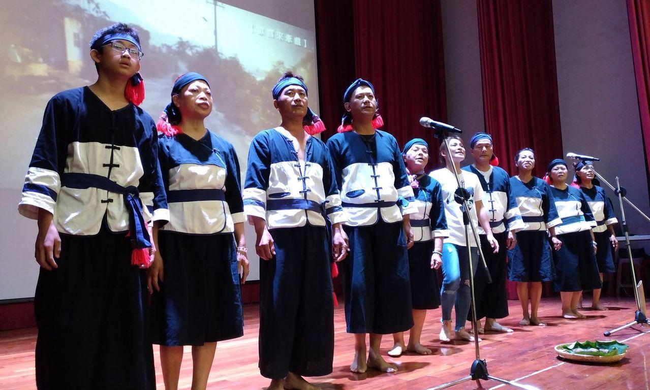 日光小林社區居民成立的大滿舞團,以百年古謠等歌舞音樂,呈現小林村大武壠族的豐富文...